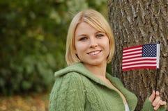 härlig flaggaholdingkvinna Arkivbild