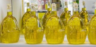 härlig flaska klädde oljeolivgrönkryddor royaltyfri fotografi