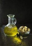 härlig flaska klädde oljeolivgrönkryddor Fotografering för Bildbyråer