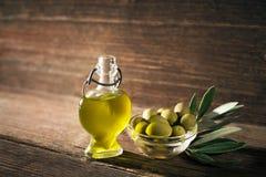 härlig flaska klädde oljeolivgrönkryddor Royaltyfri Bild