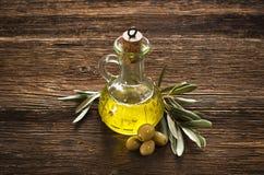 härlig flaska klädde oljeolivgrönkryddor Arkivfoto