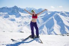 Härlig flicka överst av berget i Himalayas Fotografering för Bildbyråer