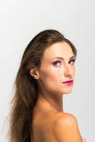 härlig flicka bakgrund isolerad white perfekt hud Härlig le flicka Arkivfoto