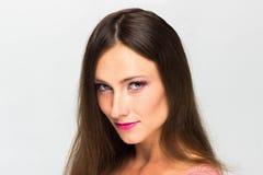 härlig flicka bakgrund isolerad white perfekt hud Härlig le flicka Yrkesmässig Makeup Royaltyfri Foto