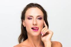 härlig flicka bakgrund isolerad white perfekt hud Härlig le flicka Yrkesmässig Makeup Arkivbilder