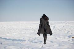 Härlig flicka bara i vinterfält Royaltyfria Bilder