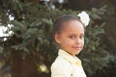 härlig flicka Den gulliga ståenden behandla som ett barn Bakgrundsnatur solig dag Arkivfoto