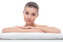 Härlig flicka efter kosmetiska tillvägagångssätt, framsidaelevator som besöker kosmetologen, massage royaltyfri fotografi