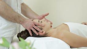 Härlig flicka för ansikts- massage arkivfilmer