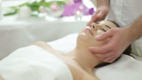 Härlig flicka för ansikts- massage stock video