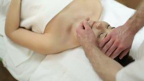 Härlig flicka för ansikts- massage lager videofilmer