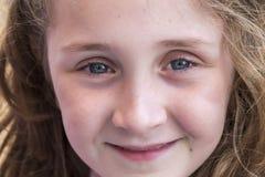 Härlig flicka för framsida som ler i förgrund Arkivfoto