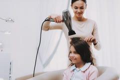 Härlig flicka för frisörDries Hair Blow tork arkivfoton