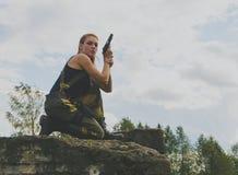 Härlig flicka för hot i likformig med ett vapen Arkivbild