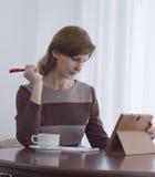 härlig flicka för kaffekopp Arkivfoto