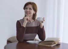 härlig flicka för kaffekopp Arkivbild