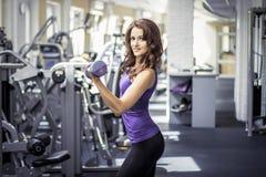 Härlig flicka för kondition i idrottshall arkivbild