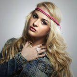 Härlig flicka för mode i jeans blond kvinna för skönhet härligt klänningmode blommar för fredfjäder för grön hippie långt barn fö Royaltyfria Bilder