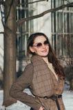 Härlig flicka för modegatastil i vinterkläder royaltyfria foton
