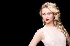 Härlig flicka för modemodell med blont hår fotografering för bildbyråer