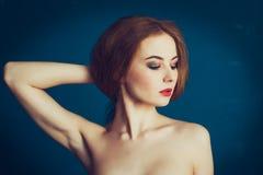 Härlig flicka för närbildstående på en blå bakgrund royaltyfria foton