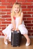härlig flicka för påse little sittande le arkivfoto