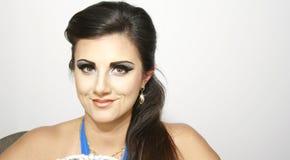 Härlig flicka för Smiley med makeup och earings, med långt mörkt hår Arkivbild