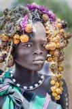 Härlig flicka från den Mursi stammen, Etiopien, Omo dal arkivbilder