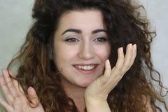 härlig flicka haired lockig flicka foto Arkivfoton