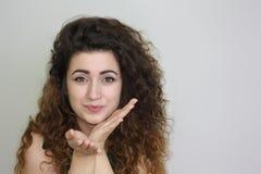 härlig flicka haired lockig flicka foto Royaltyfria Bilder