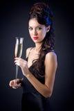 Härlig flicka i aftonklänning med vinexponeringsglas nytt s år för helgdagsafton Arkivbild