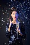 Härlig flicka i aftonklänning med vinexponeringsglas nytt s år för helgdagsafton Royaltyfri Foto