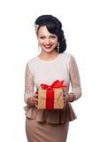 Härlig flicka i aftonklänningen som rymmer en gåva Royaltyfri Foto