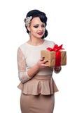 Härlig flicka i aftonklänningen som rymmer en gåva Royaltyfri Fotografi