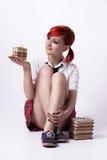 Härlig flicka i animestil med buntar av böcker royaltyfri bild