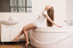 Härlig flicka i badrummet Arkivfoton