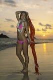 Härlig flicka i bikini på stranden royaltyfria foton