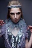 Härlig flicka i bilden av den kalla drottningen med frost på hans ögonbryn Modellen med idérik makeup och krona på hans huvud Royaltyfri Foto