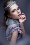 Härlig flicka i bilden av den kalla drottningen med frost på hans ögonbryn Modellen med idérik makeup och krona på hans huvud Fotografering för Bildbyråer