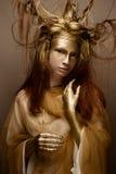 Härlig flicka i bilden av ett träd med filialer i hennes hår Modellen med idérikt smink arkivbild