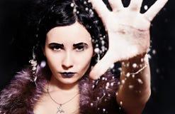 Härlig flicka i bilden av snödrottningen Arkivfoton