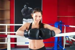 Härlig flicka i boxninghandskar på cirkeln royaltyfri fotografi
