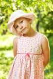 Härlig flicka i den gröna lövverket Arkivbilder