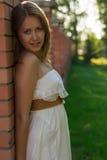 Härlig flicka i den härliga staden Royaltyfri Foto