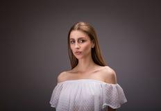 Härlig flicka i den vita blusen royaltyfri fotografi