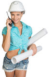 Härlig flicka i den vita hjälmen, kortslutningar med skjortan Arkivbild