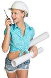 Härlig flicka i den vita hjälmen, kortslutningar med skjortan Royaltyfri Foto