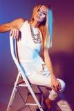 Härlig flicka i den vita klänning- och guldhalsbandet med långt blont rakt hår Arkivbilder
