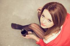 Härlig flicka i den vita skjortan med rött vin Royaltyfri Fotografi