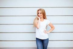 Härlig flicka i den vita t-skjortan med långt och härligt hår fotografering för bildbyråer